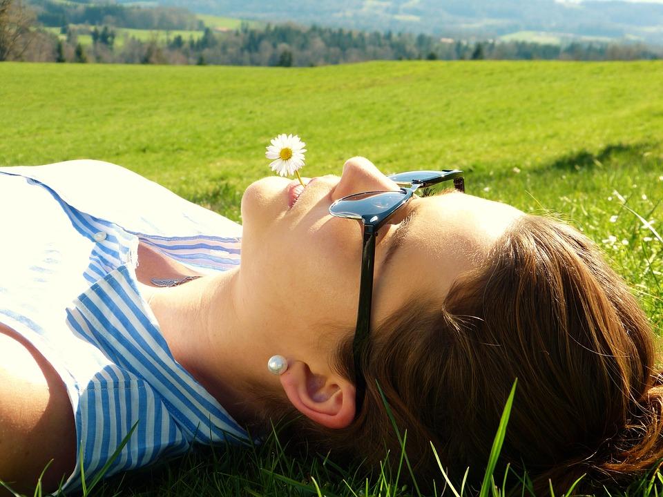 Las personas que meditan con asiduidad suelen ser más felices que aquellas que no lo practican.